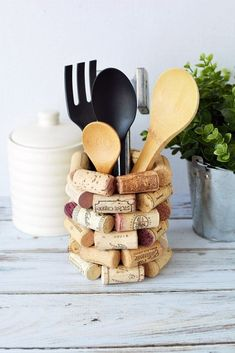 If you're looking for wine cork craft ideas, here is a DIY kitchen utensil holder that will look great in your kitchen or make an ideal gift for wine lovers. If for some crazy reason kitchen projects Wine Cork Craft Ideas - DIY Kitchen Utensil Holder Wine Craft, Wine Cork Crafts, Wine Bottle Crafts, Mason Jar Crafts, Mason Jar Diy, Wine Cork Art, Wine Bottle Corks, Diy With Wine Bottles, Wine Cork Holder