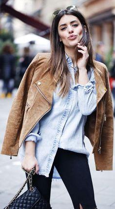 jaqueta de suede com camisa jeans.