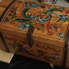 Browse the rosemaling artwork portfolio of professional rosemaler Teresa McCue Painted Chest, Painted Boxes, Tole Painting, Painting On Wood, Types Of Painting, Rosemaling Pattern, Norwegian Vikings, Norwegian Rosemaling, Scandinavian Folk Art