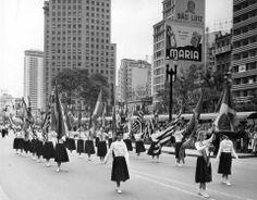 Desfile de alunos da Escola Brasílio Machado Neto a caminho do II Campeonato de Fanfarras, Viaduto do Chá, Vale do Anhangabaú, 1957.