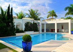 Espreguiçadeiras dispostas ao redor da piscina formam uma extensa área para os que desejam manter o corpo bronzeado.