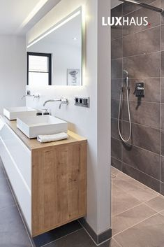 Badezimmer-Einrichtung in Grau Ein Badezimmer mit Grautöne stets kombiniert mi… Bathroom furnishings in gray A bathroom with shades of gray always combined with wood and white. The post bathroom Black And White Tiles Bathroom, Grey Bathrooms, Modern Bathroom, Small Bathroom, Master Bathroom, Bathroom Ideas, Bathroom Gray, Bathroom Renovations, Grey Bathroom Furniture