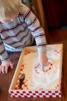 Making marks in flour for prewriting -- simple idea for toddlers! Sensory Activities, Sensory Play, Classroom Activities, Toddler Activities, Sensory Bins, Toddler Classroom, Toddler Preschool, School Classroom, Preschool Writing