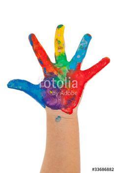 Main d'enfant avec peinture multicolore