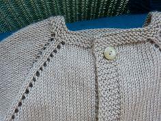Une petite brassière toute simple ... - Bigmammy en ligne Baby Sweater Knitting Pattern, Knitting Patterns, Bebe Baby, Baby Sweaters, Chloe, Chiffon, Fabric, Tops, Simple