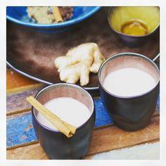 Chai Latte is een Indiaas drankje van sterke zwarte thee, melk en specerijen. Deze spicy Chai Latte maak je als volgt: verwarm amandelmelk in een pannetje. Doe wat zwarte theeblaadjes, gember, 1 pijpje kaneel, kruidnagels, kardemom, anijszaad in een theefilter en laat ongeveer 5 min. trekken in de melk. Voeg eventueel nog wat honing toe.