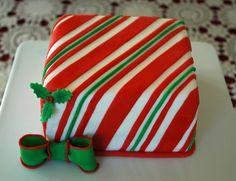Cakes of cupcakes! Christmas Cake Designs, Christmas Cake Decorations, Christmas Sweets, Holiday Cakes, Christmas Goodies, Christmas Baking, Christmas Cakes, Snowflake Cake, New Year's Cake