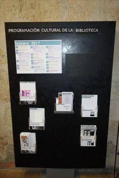 Dentro de la Biblioteca en la zona de Información general nos encontramos con  el panel con la programación cultural mensual y los folletos de las diferentes actividades como pueden ser los debates, Dejarse hablar.