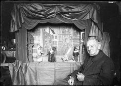 Joseph Leonhard Schmid vor seiner Marionettenbühne sitzend