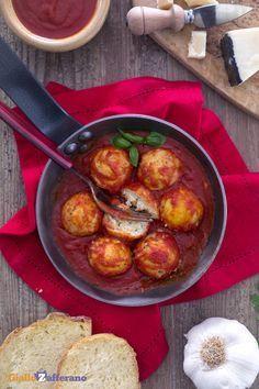 Le POLPETTE DI RICOTTA AL SUGO (ricotta balls) sono un secondo piatto di origine calabrese. #ricetta #GialloZafferano #Calabria #polpette