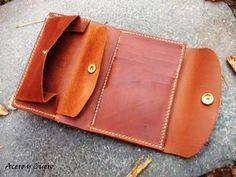 Cartera artesanal de mujer fabricada en ternera engrasada marrón. Con seis ranuras para tarjetas o documentación, dos apartados ocultos, monedero y un amplio apartado para billetes. Medidas cerrada 9 cm x 14 cm.