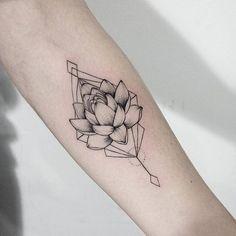 Добрых снов, дорогие подписчики! ✨ Мастер: @dasha_sumtattoo  Запись: sum-ttt@yandex.ru  By @dasha_sumtattoo  Mail to sum-ttt@yandex.ru to make an appointment. #sashatattooingstudio #linework #blackwork #tattoo