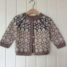 Størrelser: 1 år / 2 år / 3 år Garn: lammeuld med løbelængde på ca. Kids Knitting Patterns, Knitting For Kids, Baby Pullover, Baby Sweaters, Knitting Sweaters, Knitting Scarves, Lace Knitting, How To Start Knitting, Fair Isle Knitting