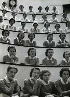 Alfred Eisenstaedt - Student nurses in the amphitheater of Roosevelt Hospital, New York City, 1938