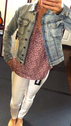 Love the classic look of a jean jacket and white jeans. But my bottom half is so curvy I've never had the courage to buy white jeans. may not work for me. Fall Fashion Trends, Autumn Fashion, Jean Jacket Outfits, Denim Outfits, Work Outfits, Stitch Fix Outfits, Ripped Denim, Ladies Dress Design, Plus Size Outfits
