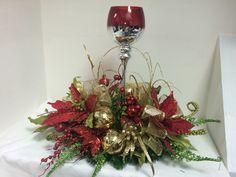 Centro de Mesa con Copas Christmas Mesh Wreaths, Christmas Swags, Christmas Flowers, Christmas Candles, Christmas Holidays, Christmas Crafts, Easy Holiday Decorations, Beautiful Christmas Decorations, Holiday Centerpieces