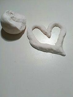 Plastelína z tělového mléka a škrobu