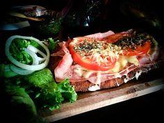 Hemos compilado algunos lugares en diferentes puntos de la Ciudad de México que, además de ser deliciosos, tienen servicio a domicilio.¡Bon Appétit!