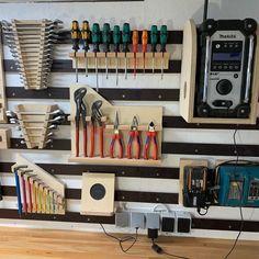 Garage Organisation, Garage Tool Storage, Garage Storage Solutions, Workshop Storage, Workshop Organization, Garage Workshop, Diy Bike, Pallet Tool, Tool Room