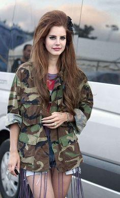 Lana Del Rey'de asker modasını takip edenlerden #celebrities#best#cool#style