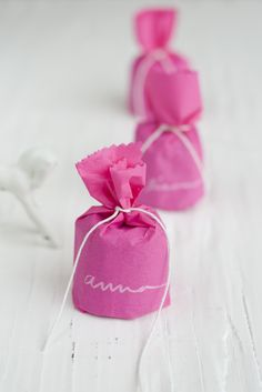 Mini French cake favors - fun bright neon pink packaging and white pen Pretty In Pink, Plum Pretty Sugar, Wedding Favours, Diy Wedding, Party Favors, Handmade Wedding, Wedding Rice, Wedding Ideas, Wedding Colors