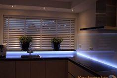 Glazen keuken achterwand met  LED-strip aan de onderzijde. #keukenglas #backsplash #splashback #achterwandopmaat #keukenachterwandopmaat #maatwerk #ledlight #LED #keukenwand #keukenachterwand #achterwandglas #backsplashglass #Eindhoven