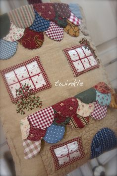 Le plus chaud Coût -Gratuit Patchwork tutoriales Style Patchwork Bags, Patchwork Quilting, Applique Quilts, Embroidery Applique, Patchwork Ideas, Hexagon Patchwork, House Quilts, Fabric Houses, Quilting Projects