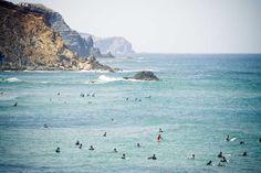Carrapateira, Portugal Vila calma no litoral atlântico do Algarve, no sul de Portugal, Carrapateira tem uma esquerda famosa que chega aos 3 metros durante a maré-alta. Exceto durante o verão europeu, quando turistas passam suas férias na região, é possível surfar com muita tranquilidade Foto: Remon Rijper/Flickr