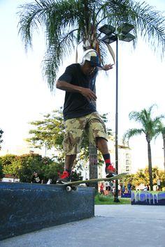 Mnolo Maninho bs tailslide na premiere do Mad City na praça das águas .