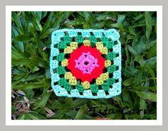 Granny Square com flor vermelha em Crochet