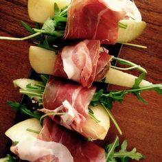 Pears wrapped with ham and rocket salad #fingerfood #appetizers #healthy