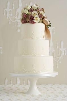 Gosta deste bolo da Peggy Porschen Iced Wedding Cake Collection neste tom champagne mas comas flores de açucar em cima.
