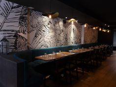 """Reproduction à la main d'une fresque végétale sur un mur de 10 mètres.  Restaurant """"Midi Minuit""""  dans le quartier de Confluence à Lyon 2."""
