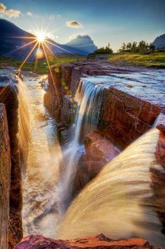 Una hermosa cascada con un sol resplandeciente... ¿Es real o no?