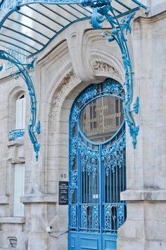 Ferronneries de Louis Majorelle - La Chambre de Commerce et d'Industrie du Meurthe-et-Moselle à Nancy - Réalisation de 1906 à 1908, confiée aux architectes Louis Marchal et Émile Toussaint, les Vitraux au RDC à Antonin Daum et Jacques Grüber.