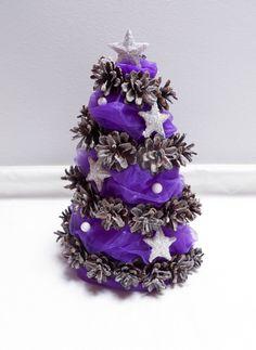 Vánoční stromeček Vánoční stromeček ve fialovo-bílé kombinaci. Výška cca 23cm. Možno zhotovit také fialovo-zlatý.
