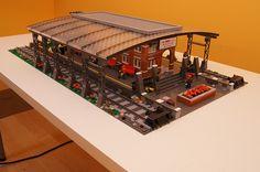 Lego Train Station, Lego City Train, Lego Trains, Lego Design, Modular Design, Gare Lego, Lego Plane, Lego Boards, Lego Pictures