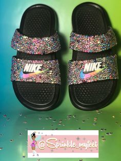 Zapatillas Nike para niños - ~Slides,Sandals,and Slippers~ - Zapatos Cute Sandals, Slide Sandals, Jordan Sneaker, Nike Slippers, Black Nike Shoes, Bling Shoes, Dream Shoes, Custom Shoes, Shoe Game