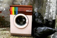 """Transformada no ícone do Instagram, a velha máquina de lavar roupa com abertura frontal personificou o espírito da rede social. """"Lavadora de egos"""", resume seu criador, o artista italiano Biancoshock, que produziu a 'Instamáquina' para a ediçao 2016 do festival The Crystal Ship. Para esse festival de arte contemporânea, especializado em espaços públicos, artistas de …"""