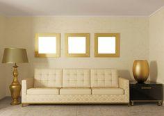 wohnzimmer goldglanz goldakzente stehlampe sofa pastellgelb wanddekoration