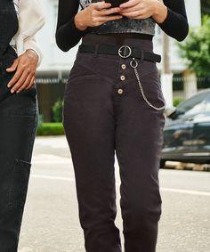 Look Shay Mitchell, calça jeans cintura alta, cropped top
