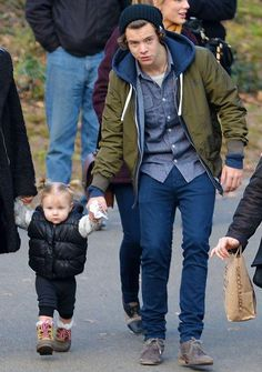 Harry Styles and Baby Lux                        AWAWAWAWAWAWAW He's like slightly slouching so he can hold her hand while she's walking and just no they can't do this, it's too cute