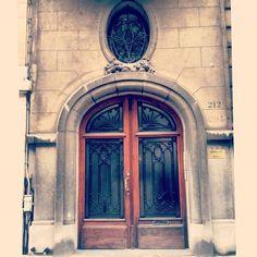 Deur van de ambassade. Telkens als ik naar deze foto kijk, voel ik dat de herfst in aantocht is. (226/365) #antwerpen