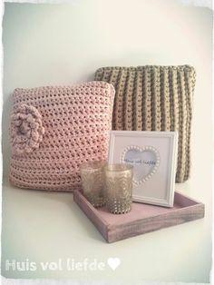 Gehaakte kussens #www.huisvolliefde.nl Crochet Cushions, Crochet Pillow, Knit Crochet, T Shirt Yarn, Diy Beauty, Lana, Throw Pillows, Blanket, Knitting