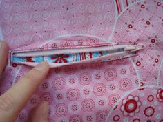 Tutorial, wie man professionell eine Reißverschlußtasche einsetzt. Besonders gut geeignet als Innentasche für eine größere Handtasche.