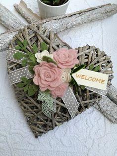 magie di cucito: CUORE FUORI PORTA Valentine Wreath, Valentine Decorations, Valentine Crafts, Flower Decorations, Valentines, Homemade Door Wreaths, Diy Wreath, French Country Crafts, Felted Wool Crafts