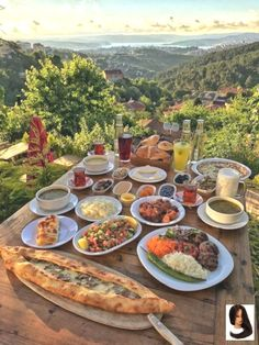 Scrumptious dining with a Turkish view - Turkish Recipes Easy Aesthetic Food, Travel Aesthetic, Summer Aesthetic, Aesthetic Vintage, Comida Picnic, Good Food, Yummy Food, Think Food, Beautiful Places