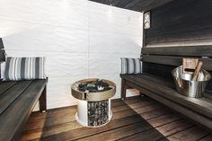 """Esa Mäki perheineen viettää toisinaan kiireistäkin arkea. Uutta puhtia alkavaan viikkoon haetaankin aina saunasta. Saunaremontin lähtötilanne oli kuin unelma paljon saunovalle perheelle. Mäki pääsi suunnittelemaan oman kodin sauna- ja kylpyläosastoa jopa 50 neliömetrin allasosastolle, jonka uima-altaasta perhe oli päättänyt luopua. Mukaan suunnitteluun Mäki otti sisustussuunnittelija Sini Soivuoren sekä Harvian saunasuunnittelijatiimin. """"Meillä oli iso kuva suunnitelmista […]"""