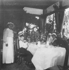 A partir da esquerda: Anna Vyrubova, Tsarevich Alexei Nikolaevich, Grand Duchess Marie Nikolaevna, Grand Duchess Anastasia Nikolaevna, encoberta pelas flores está Grand Duchess Olga Nikolaevna, Margarita Khitrovo no uniforme de enfermeira, Grand Duchess Tatiana Nikolaevna e Tsar Nicholas II, na Dacha Dream, em Yevpatoria, em 16 de maio de 1916.