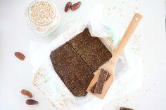 Heute ist es Zeit für ein neues Rezept – heute sind es vegane, blitzschnell gemachte und einfache Kakao-Energieriegel! Perfekt zum Snacken und Naschen.